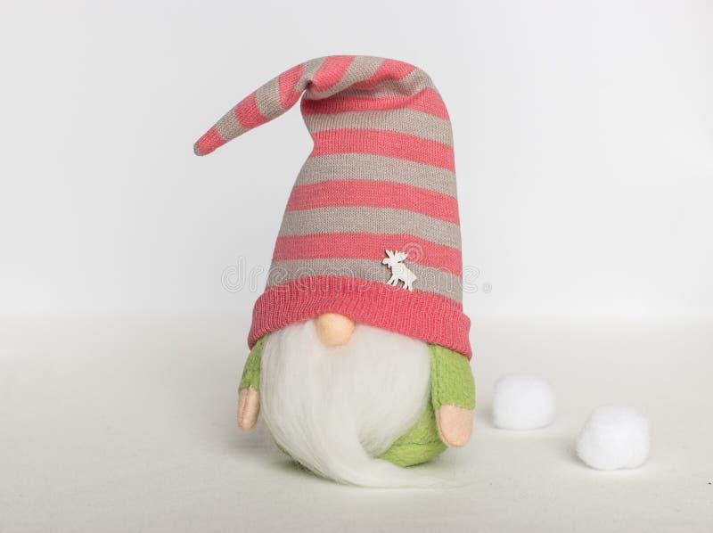 Gnomo escandinavo na roupa verde e em um chapéu listrado em um fundo branco imagem de stock royalty free