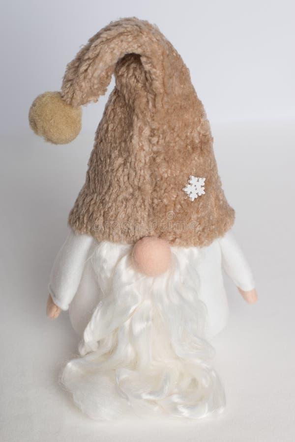 Gnomo sueco na roupa branca e no chapéu bege em um fundo branco fotografia de stock royalty free
