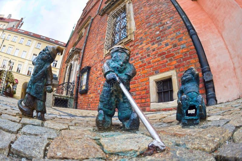 Gnomos de bronze para turistas Wroclaw imagens de stock