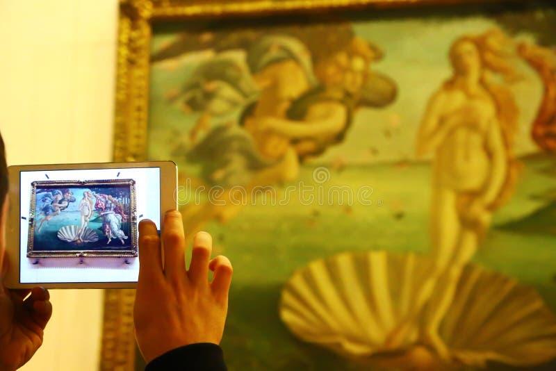 Gość fotografuje narodziny Wenus w Uffizi zdjęcia royalty free
