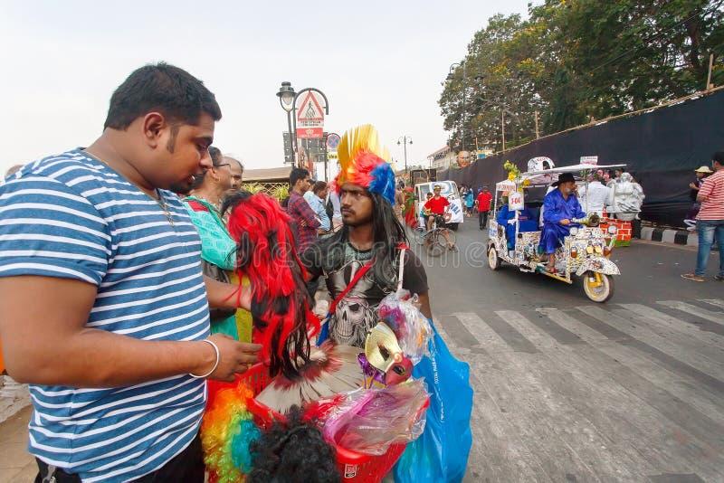 Gość kupuje peruki i maski na tradycyjnym Goa karnawale karnawał zdjęcia royalty free