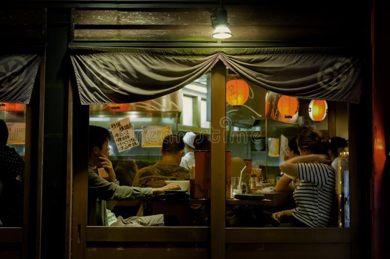 GOŚĆ RESTAURACJI PRZY LOKALNĄ JAPOŃSKĄ restauracją fotografia stock