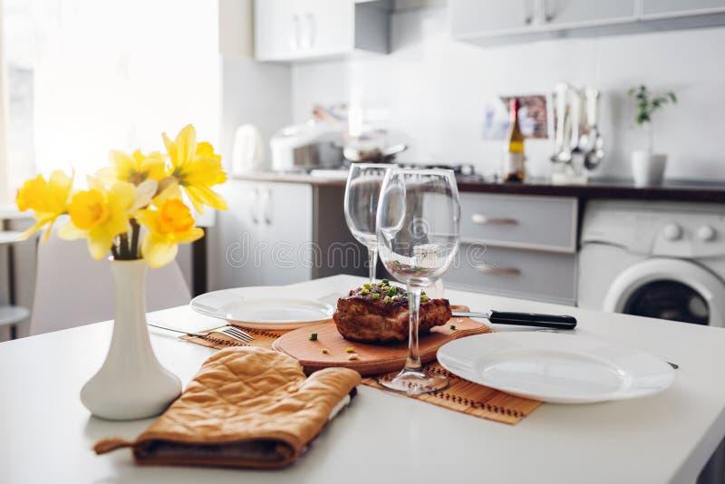 Gość restauracji słuzyć w kuchni dla dwa nowoczesna kuchnia projektu Piec mięso na kuchennym tle fotografia royalty free