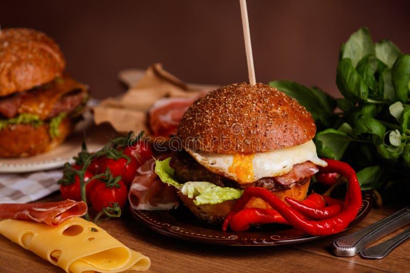 Gość restauracji z hamburgerem zdjęcie royalty free