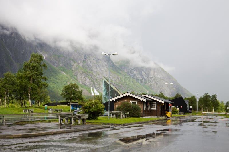 Gościa centre Trollstigen i parking miejsce na sposobie błyszczki ścieżka obrazy stock