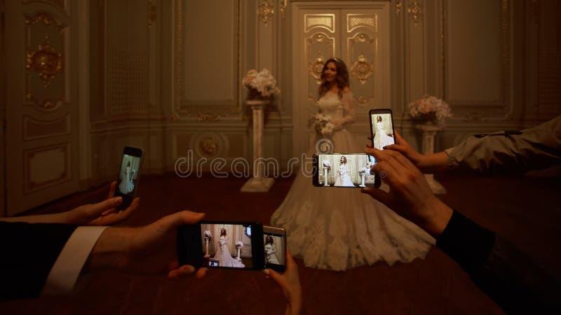 Goście biorą fotografie panna młoda na smartphones Ostrość na smartphones obraz royalty free