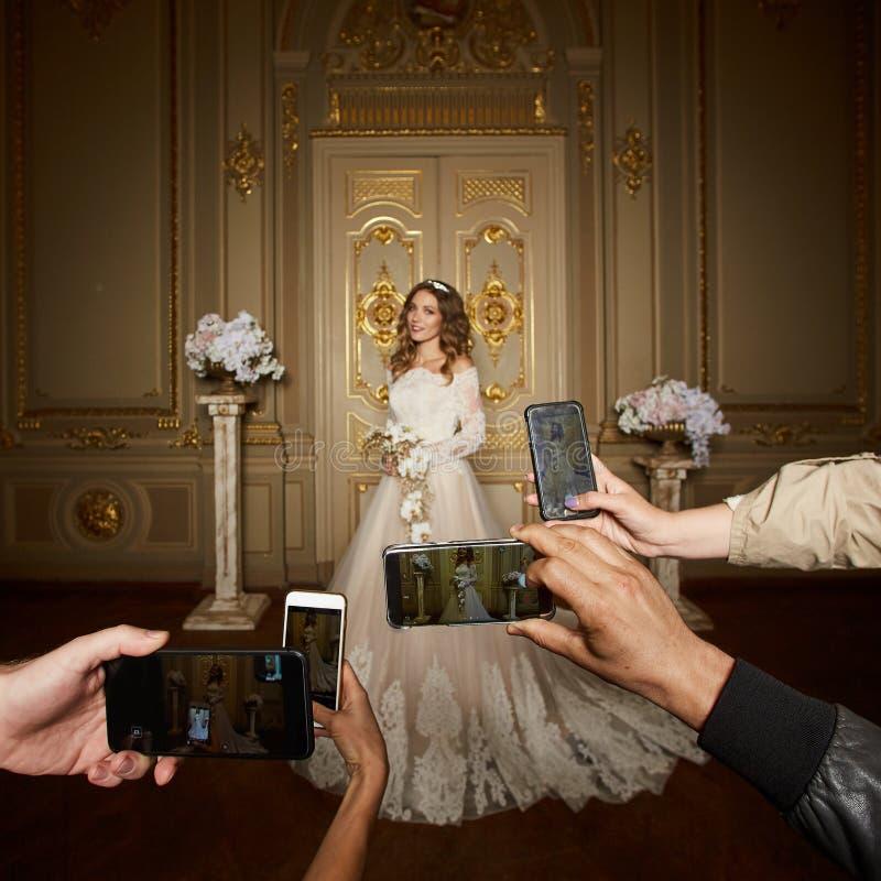 Goście biorą fotografie panna młoda na smartphones Ostrość na smartphones zdjęcie stock