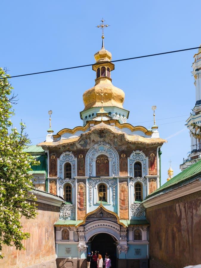 Goście blisko Zakazują kościół trójca w Kijów zdjęcia royalty free