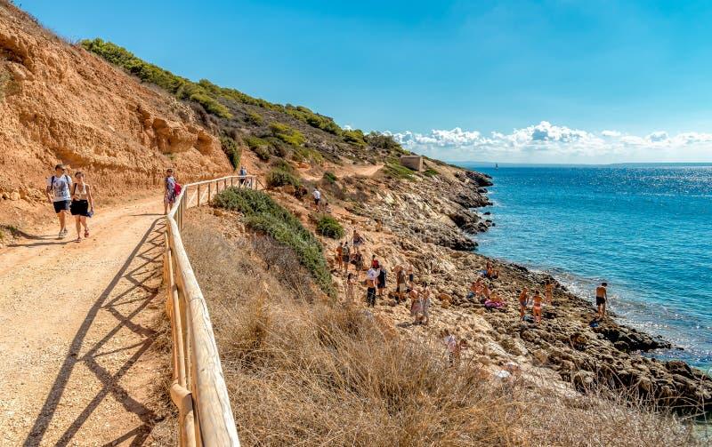 Goście cieszy się Cala Fredda wyrzucać na brzeg podczas ich wycieczki na Levanzo wyspie w morzu śródziemnomorskim Sicily zdjęcia royalty free