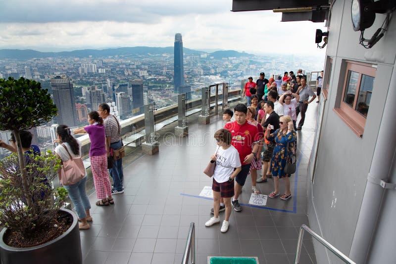 Goście cieszy się panoramicznego widok KL linia horyzontu na Skydeck KL wierza jest popularny obrazy royalty free