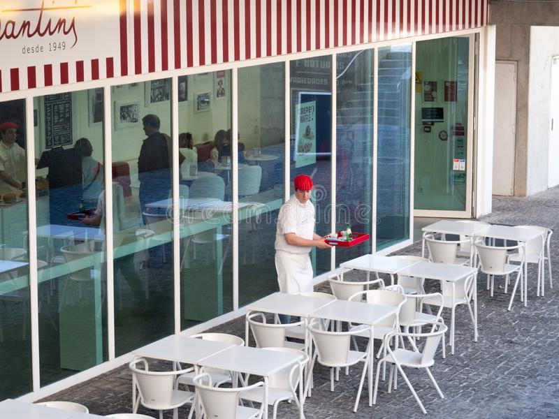 Goście i kelner w lato portugalczyka kawiarni obrazy stock