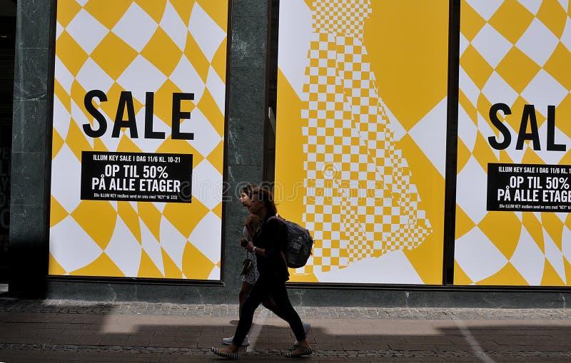 GOŚCIE I kupującego spacer ILLUMS sprzedaży reklamą obraz stock
