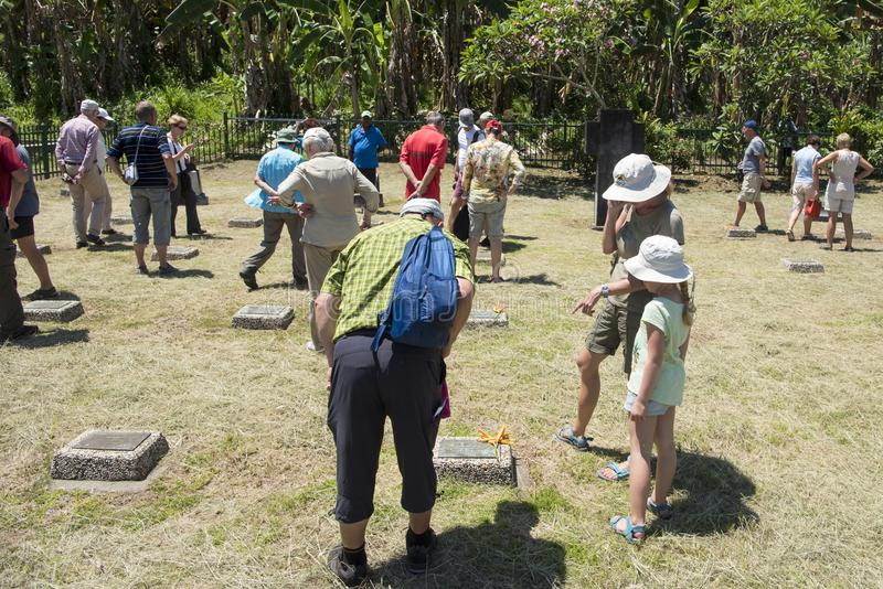 Goście na cmentarzu Pierwszy wojna światowa w Rabaul, Papua - nowa gwinea, patrzeje Niemieckich grób jako przypomnienie pokój, cm obrazy royalty free