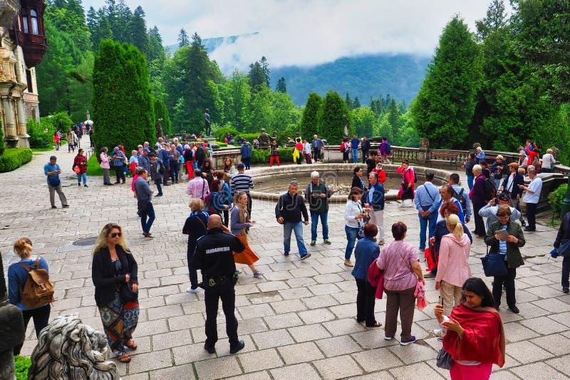 Goście Na zewnątrz Peles kasztelu, Karpackie góry, Rumunia fotografia stock