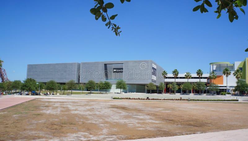 Goście na zewnątrz Tampa muzeum sztuki, Tampa Floryda obraz royalty free