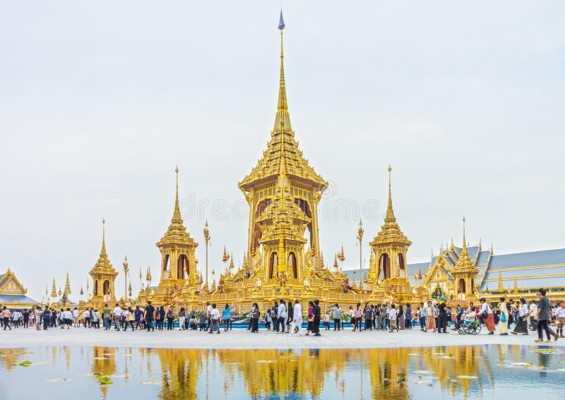 Goście objeżdżają wokoło Królewskiego Crematorium dla Jego Opóźnionego majestata królewiątka Bhumibol Adulyadej, Rama IX zdjęcia stock
