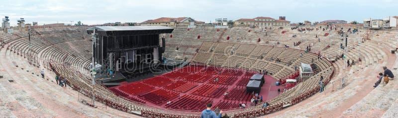 Goście ogląda pracowników które przygotowywają aren di Verona zdjęcia stock