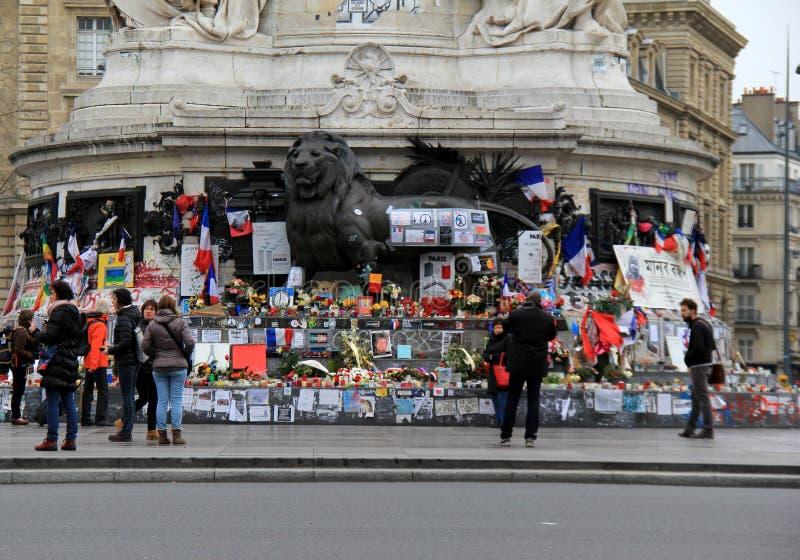 Goście podróżuje w mieście, stoi przed Charlie Hebdo pomnikiem, miejsce De Los angeles Republique, Paryż, 2016 fotografia stock