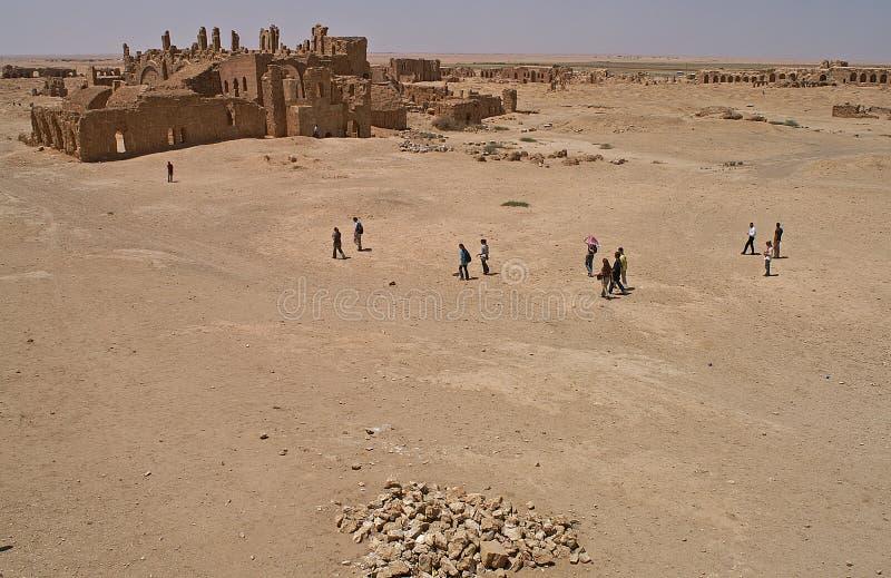 Goście przy ruinami Arrassafeh blisko Raqqa w Syrii obraz royalty free