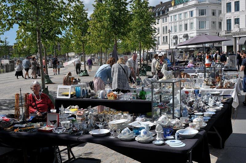 Goście przy Soboty pchli targ w Kopenhaga obrazy stock