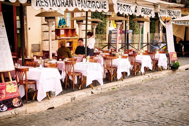 Goście siedzą na pięknym restauracja tarasie w piazza Navona w Rzym, Włochy zdjęcia stock