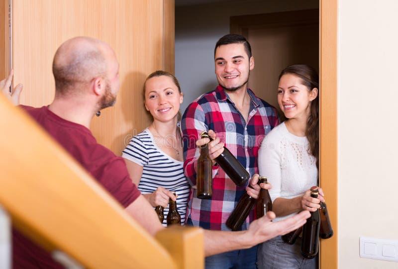 Goście stoi w drzwi zdjęcia stock