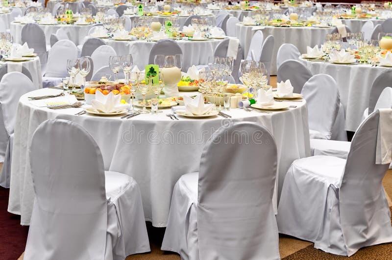 goście umieszczają przygotowywającego recepcyjnego ślubnego biel zdjęcie stock