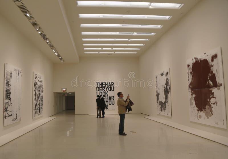 Goście w Solomon R Guggenheim muzeum nowożytny i dzisiejsza ustawa w Nowy Jork podczas Christopher wełny wystawy zdjęcia royalty free