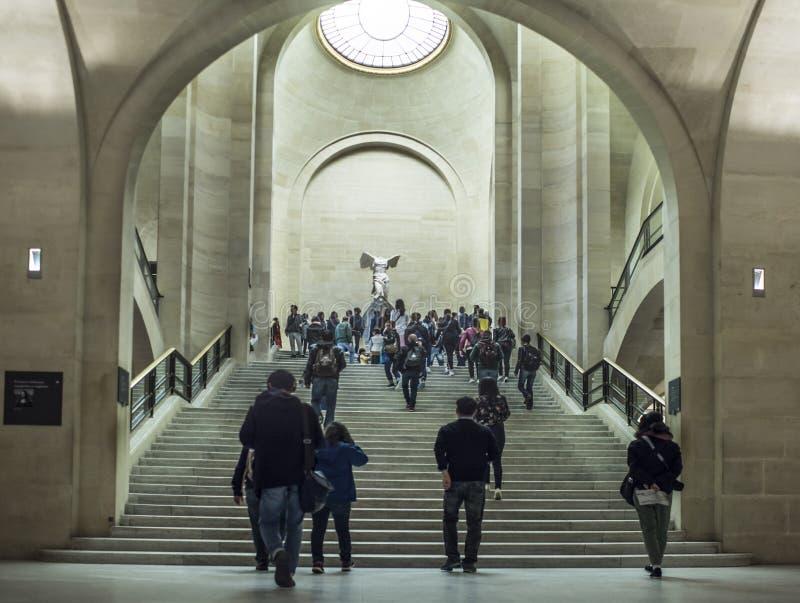 Goście wspinają się schodki w louvre fotografia stock