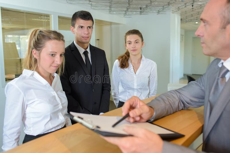 Gościnność kierownik daje instrukcjom aplikanci obraz stock