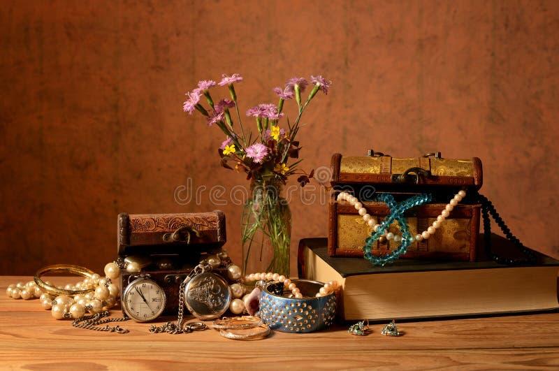 Goździk w wazie, książkach i biżuterii, zdjęcie royalty free
