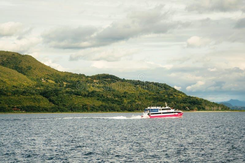2go反对青山的轮渡风帆从宿务市向塔比拉兰,菲律宾 库存图片