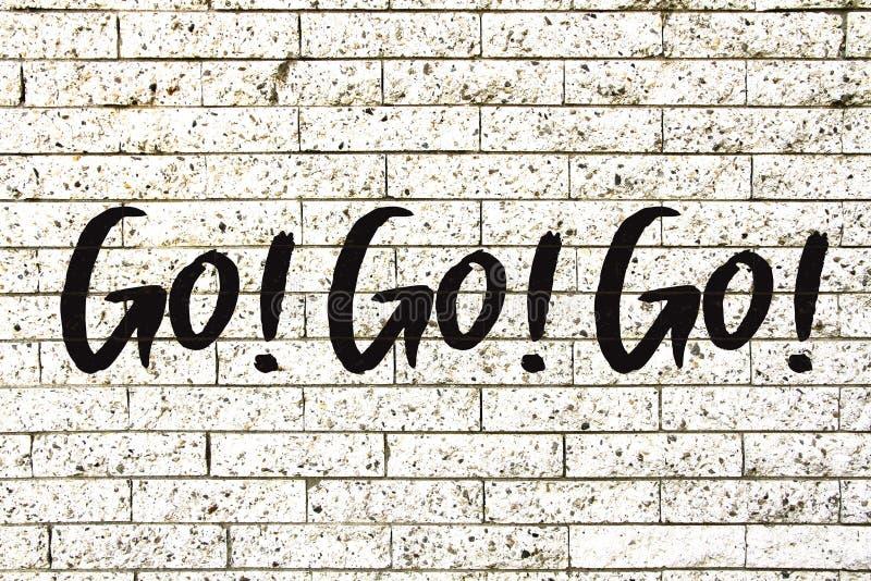 """""""Go! Ga! Ga! motievendietekst † op een witte achtergrond van de steenbakstenen muur wordt geschreven vector illustratie"""