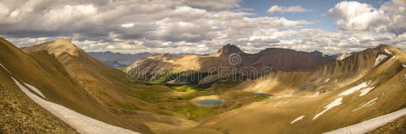 Go que caminha a fuga da skyline, você verá que opinião cênico o curador Lake em Rocky Mountains foto de stock royalty free