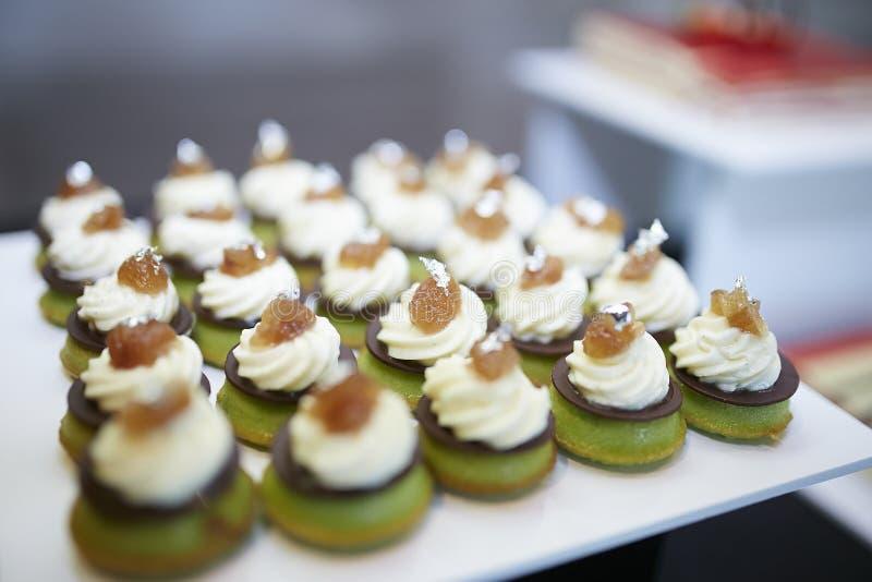 Goût de table de dessert à la crème de fruit photos libres de droits