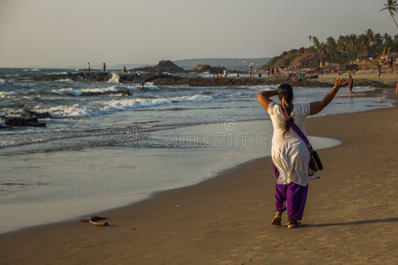 GOA, ÍNDIA - 4 DE MARÇO: A mulher indiana feliz está andando em pouco Va fotos de stock