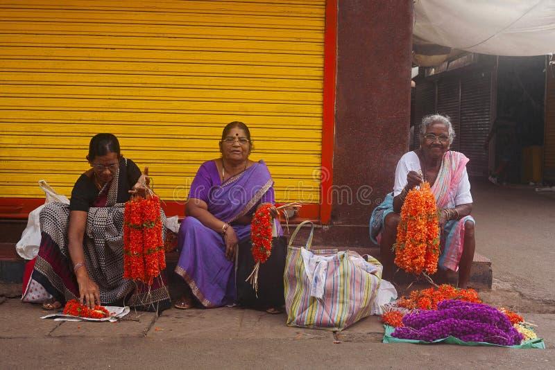 GOA, ÍNDIA, em abril de 2014, vendedores da flor do aboli da rua foto de stock