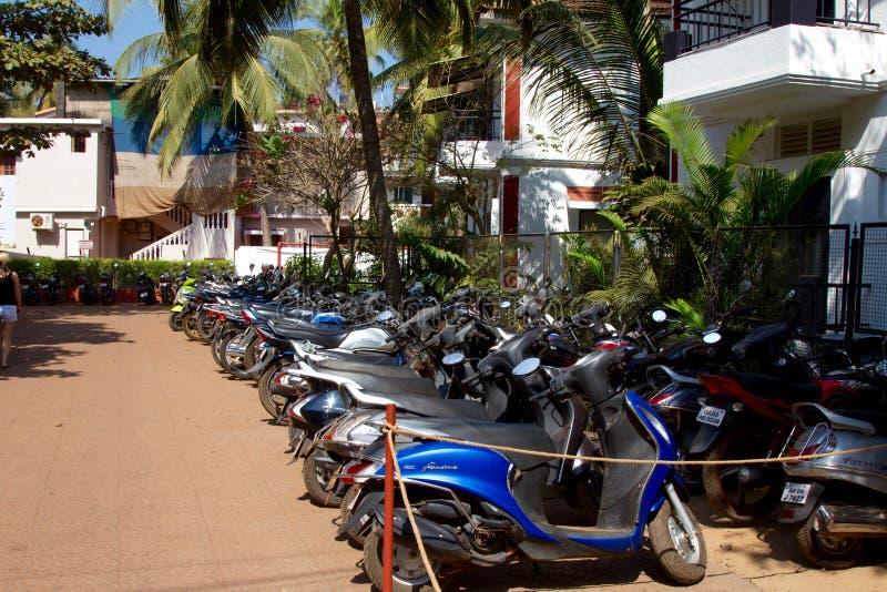 Goa, Inde - 16 décembre 2016 : Beaucoup de véhicules de 2 rouleurs se sont garés à côté d'une rue image stock