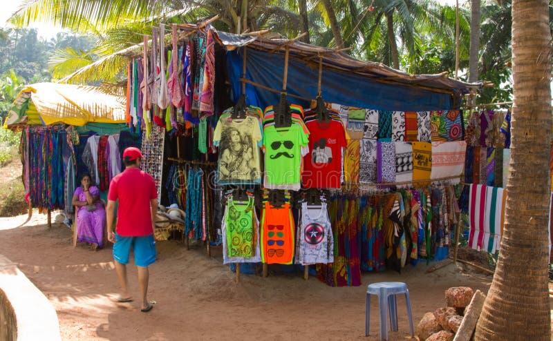 Goa, Inde - 16 décembre 2016 : Un citoyen local vendant des vêtements et les accessoires sur le chemin à Anjuna échouent images libres de droits