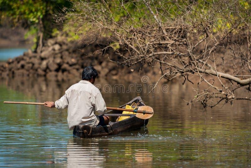 GOA, INDIA - febbraio 2008 - pescatore indiano su una barca immagini stock
