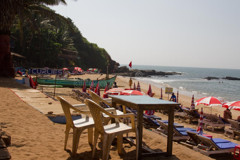 Goa India, Grudzień, - 16, 2016: Widok na zewnątrz popularnej Curlies chałupy plaży restauraci przy Anjuna plażą obraz stock