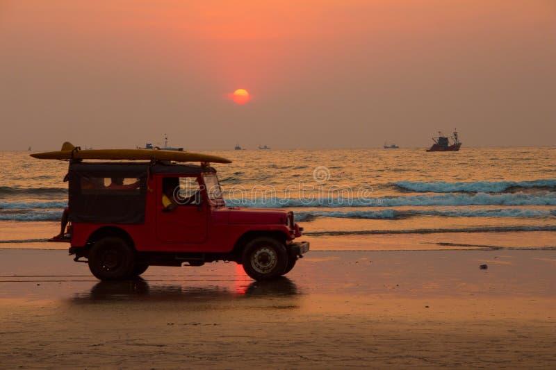 GOA, INDIA - 1° MARZO: Jeep rossa dell'automobile con i soccorritori sul beac di Arambol immagine stock libera da diritti