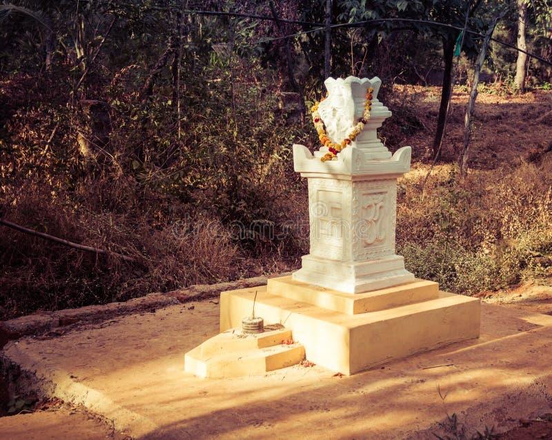 Goa Indien - December 20, 2018: Altaret med bilden av den indiska hakkors - ett soligt tecken på vägen till den Marbela stranden arkivfoto