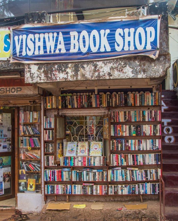 GOA, INDIEN - 1. MÄRZ: Bücherregale auf Straßenmarkt in Arambol an lizenzfreies stockfoto