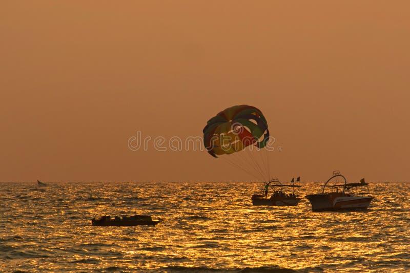 Goa-Strand-Wasser-Sport während des Sonnenuntergangs lizenzfreie stockfotos