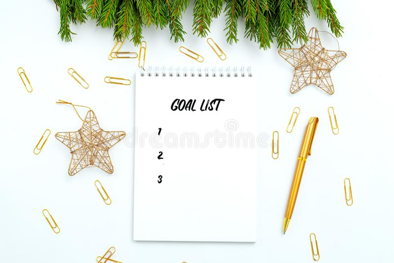 Goal list Notepad en gouden stationair op witte achtergrond kerstaccessoires royalty-vrije stock foto's