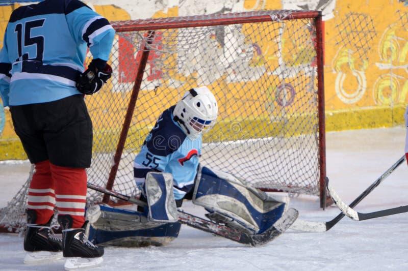 Goalie do hóquei de gelo na frente de sua rede Arena recolhida imagem do gelo imagens de stock royalty free