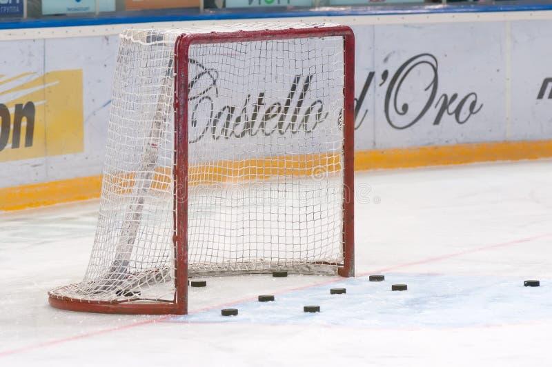 Goalieport- och hockeypuckar arkivfoton