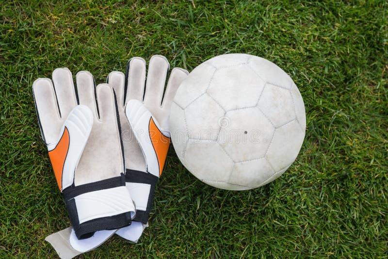 Goalkeeping futbol na smole i rękawiczki zdjęcia stock