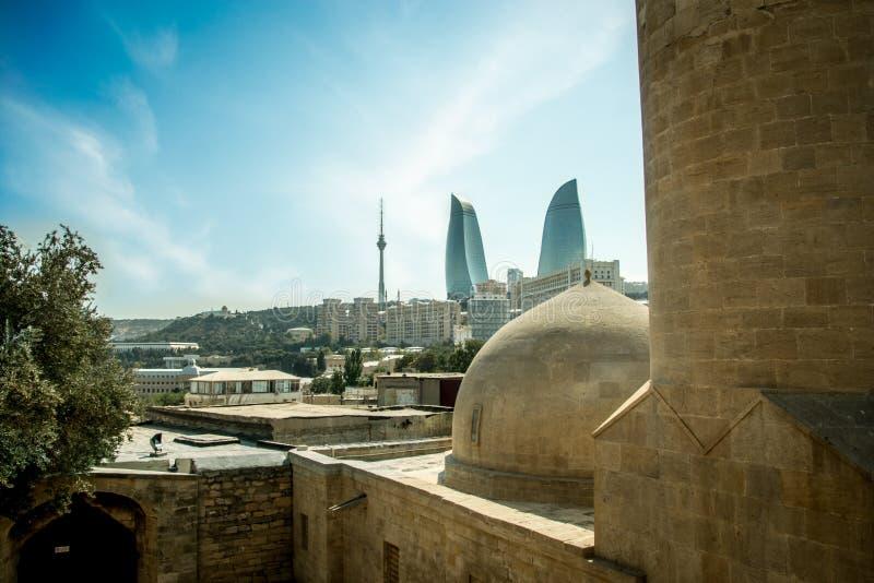 Gobbez d'une vieille mosquée en ville de Baku Old avec le nouveau fond de ville photos libres de droits